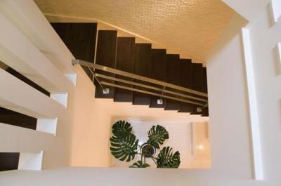 螺旋状につながる吹き抜け階段 (T様邸「斬新なプランで遊びごころを取り入れた開放的な家」)
