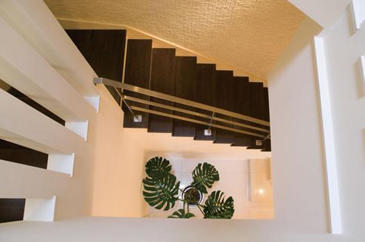 T様邸「斬新なプランで遊びごころを取り入れた開放的な家」 (螺旋状につながる吹き抜け階段)