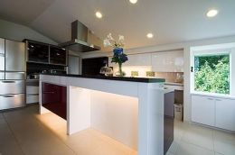 T様邸「斬新なプランで遊びごころを取り入れた開放的な家」 (シックな対面式キッチン)