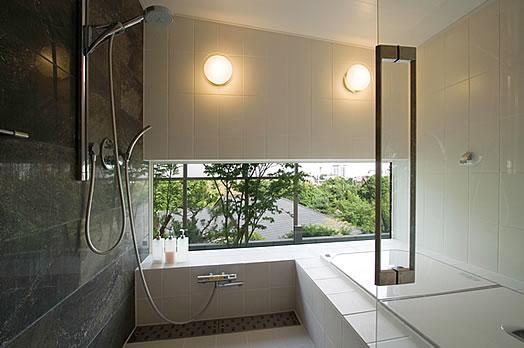 T様邸「斬新なプランで遊びごころを取り入れた開放的な家」 (眺めの良い開放的なバスルーム)