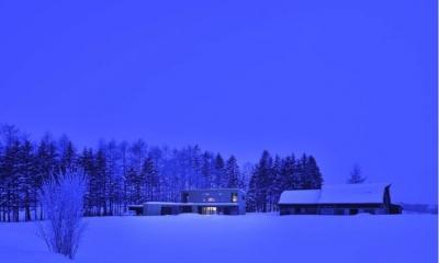 『丘の家』深みのある木目が落ち着いた空間を演出 (丘の家-夜景)
