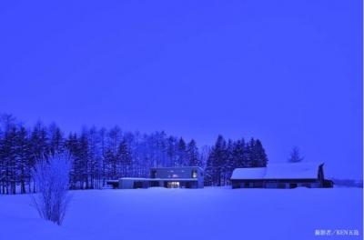 丘の家-夜景 (『丘の家』深みのある木目が落ち着いた空間を演出)