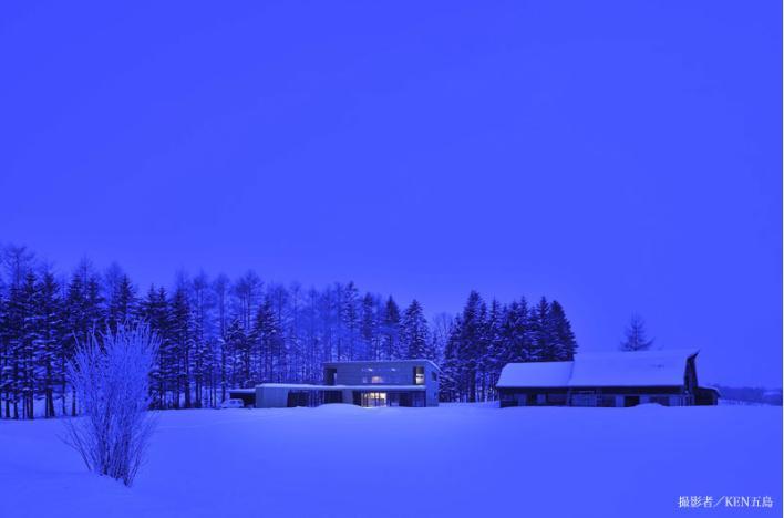 『丘の家』深みのある木目が落ち着いた空間を演出の部屋 丘の家-夜景