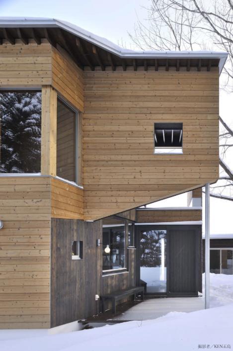 『丘の家』深みのある木目が落ち着いた空間を演出の部屋 ウッディな玄関ポーチ
