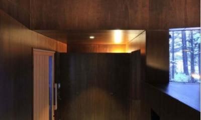 『丘の家』深みのある木目が落ち着いた空間を演出 (落ち着いた雰囲気の玄関ホール)