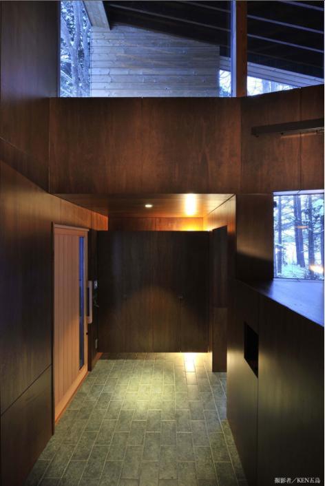 『丘の家』深みのある木目が落ち着いた空間を演出の部屋 落ち着いた雰囲気の玄関ホール