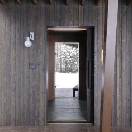 『丘の家』深みのある木目が落ち着いた空間を演出 (1階テラスより玄関を見る)