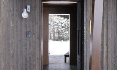 1階テラスより玄関を見る|『丘の家』深みのある木目が落ち着いた空間を演出