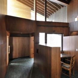 『丘の家』深みのある木目が落ち着いた空間を演出 (開放的な玄関ホールと書斎)