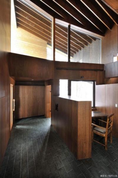 開放的な玄関ホールと書斎 (『丘の家』深みのある木目が落ち着いた空間を演出)