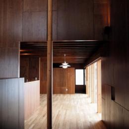 『丘の家』深みのある木目が落ち着いた空間を演出 (玄関よりリビングを見る)