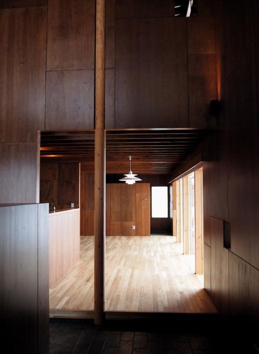 『丘の家』深みのある木目が落ち着いた空間を演出の部屋 玄関よりリビングを見る