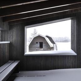 『丘の家』深みのある木目が落ち着いた空間を演出 (見晴らしのいい2階テラス)