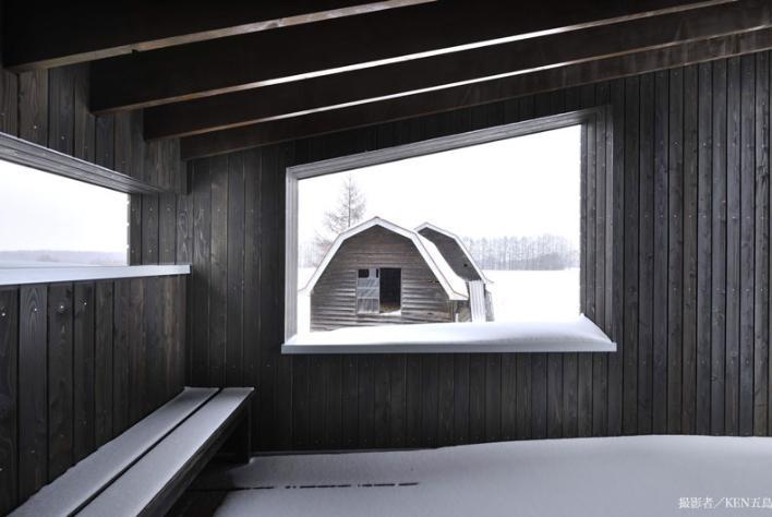 『丘の家』深みのある木目が落ち着いた空間を演出の部屋 見晴らしのいい2階テラス