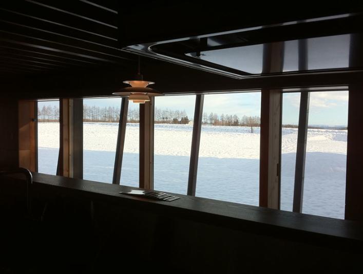 『丘の家』深みのある木目が落ち着いた空間を演出の部屋 キッチンからの眺め