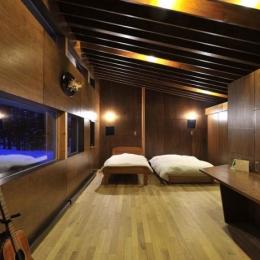 木に囲まれたシックなベッドルーム