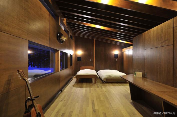 『丘の家』深みのある木目が落ち着いた空間を演出の部屋 木に囲まれたシックなベッドルーム