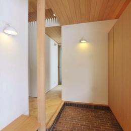 『うららかな家』清潔感・暖かみ・凛とした空気感をもつ住まい (レンガ敷きの玄関)