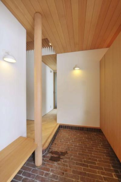 レンガ敷きの玄関 (『うららかな家』清潔感・暖かみ・凛とした空気感をもつ住まい)
