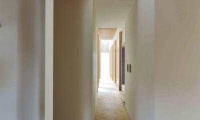 『うららかな家』清潔感・暖かみ・凛とした空気感をもつ住まい (玄関よりリビングにつながる廊下)