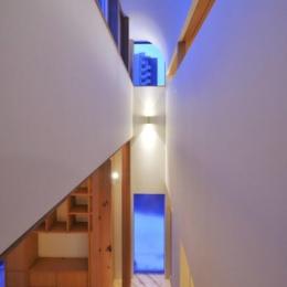 『うららかな家』清潔感・暖かみ・凛とした空気感をもつ住まい (光を集める一段高い天井部分)