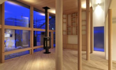 『うららかな家』清潔感・暖かみ・凛とした空気感をもつ住まい (リビング-柔らかな曲線と柱)