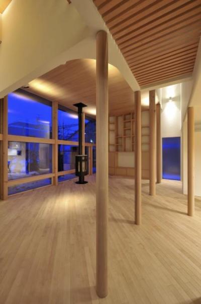 リビング-柔らかな曲線と柱 (『うららかな家』清潔感・暖かみ・凛とした空気感をもつ住まい)