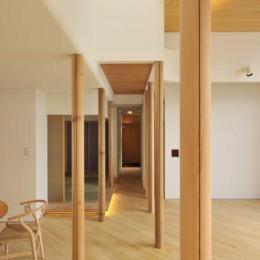 『うららかな家』清潔感・暖かみ・凛とした空気感をもつ住まい-リビングより玄関方向を見る
