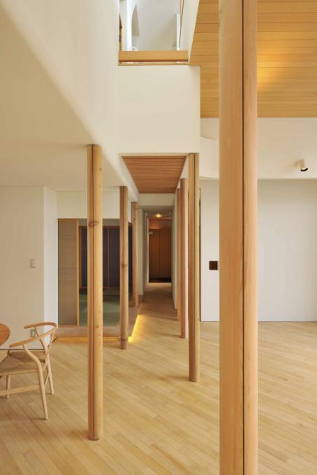 『うららかな家』清潔感・暖かみ・凛とした空気感をもつ住まい (リビングより玄関方向を見る)