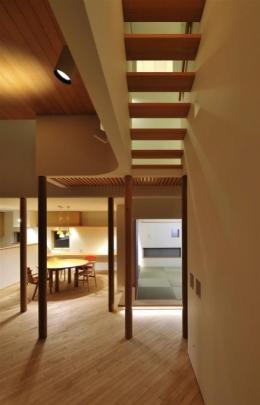 『うららかな家』清潔感・暖かみ・凛とした空気感をもつ住まい (リビング-上部を渡るスケルトン階段)