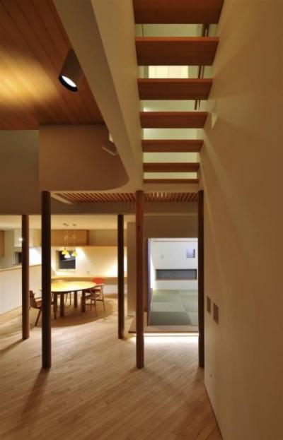 リビング-上部を渡るスケルトン階段 (『うららかな家』清潔感・暖かみ・凛とした空気感をもつ住まい)