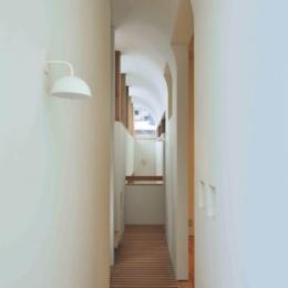『うららかな家』清潔感・暖かみ・凛とした空気感をもつ住まい (曲面天井の2階廊下)