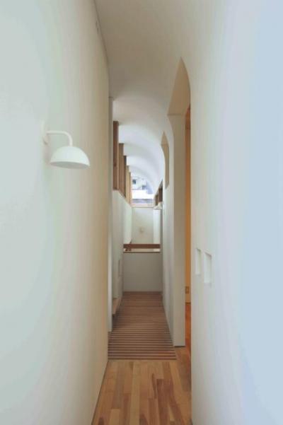 曲面天井の2階廊下 (『うららかな家』清潔感・暖かみ・凛とした空気感をもつ住まい)