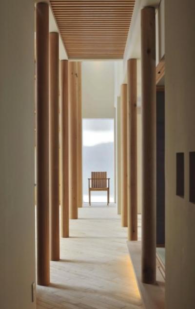 『うららかな家』清潔感・暖かみ・凛とした空気感をもつ住まい (柱がつくりだす凛とした空間)