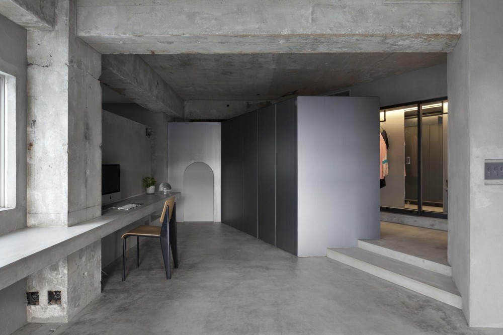 ドレスルームのあるコンクリートアパートメント (リビングとワークスペース)