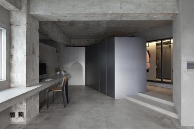 リビングとワークスペース (ドレスルームのあるコンクリートアパートメント)
