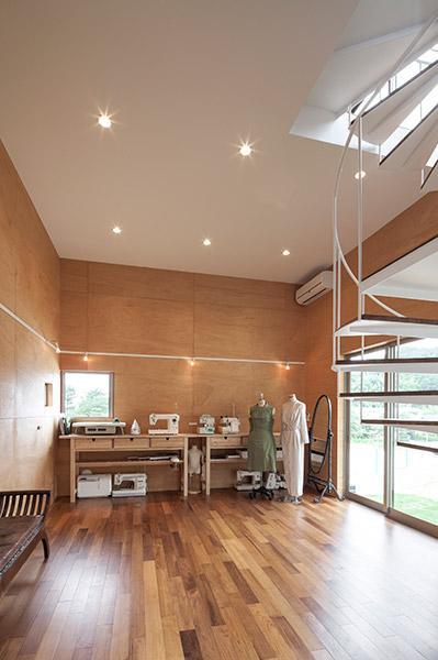 『よみうりランド前の家』仕事と主婦業の両立がしやすい住まいの写真 洋裁教室のアトリエ-2