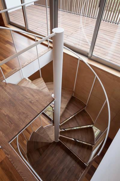 『よみうりランド前の家』仕事と主婦業の両立がしやすい住まいの写真 螺旋階段