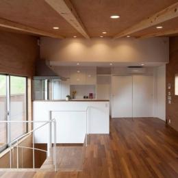 『よみうりランド前の家』仕事と主婦業の両立がしやすい住まい (白が映える対面式キッチン)