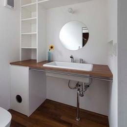 『よみうりランド前の家』仕事と主婦業の両立がしやすい住まい (丸鏡のシンプルな洗面スペース)