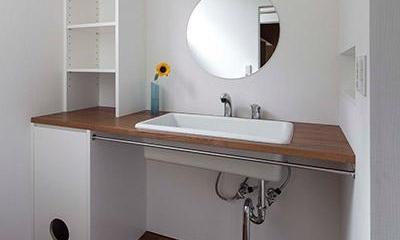 丸鏡のシンプルな洗面スペース|『よみうりランド前の家』仕事と主婦業の両立がしやすい住まい