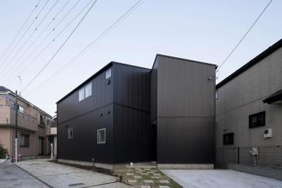 『浅間町の家』黒と深みのある木目が調和する落ち着きのある空間 (黒一色の外観)