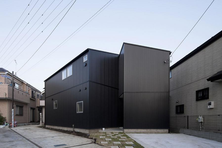 『浅間町の家』黒と深みのある木目が調和する落ち着きのある空間の写真 黒一色の外観