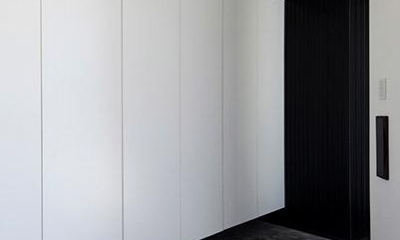 『浅間町の家』黒と深みのある木目が調和する落ち着きのある空間 (大容量の玄関収納)