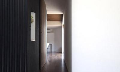 『浅間町の家』黒と深みのある木目が調和する落ち着きのある空間 (リビングにつながる廊下)