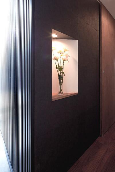 建築家:小野澤 裕子「『浅間町の家』黒と深みのある木目が調和する落ち着きのある空間」
