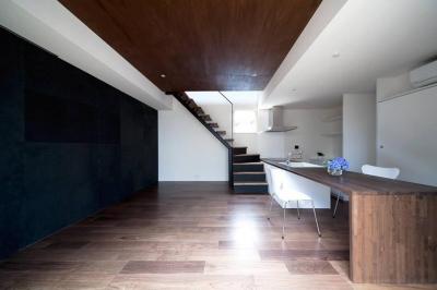 『浅間町の家』黒と深みのある木目が調和する落ち着きのある空間 (都会的なクールスタイルのLDK)