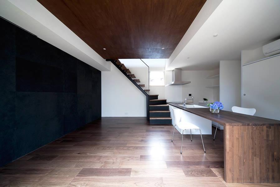 『浅間町の家』黒と深みのある木目が調和する落ち着きのある空間の写真 都会的なクールスタイルのLDK