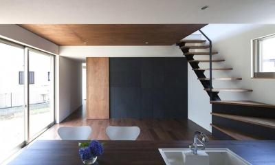 『浅間町の家』黒と深みのある木目が調和する落ち着きのある空間