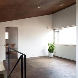 『浅間町の家』黒と深みのある木目が調和する落ち着きのある空間 (明るい2階オープンスペース-1)